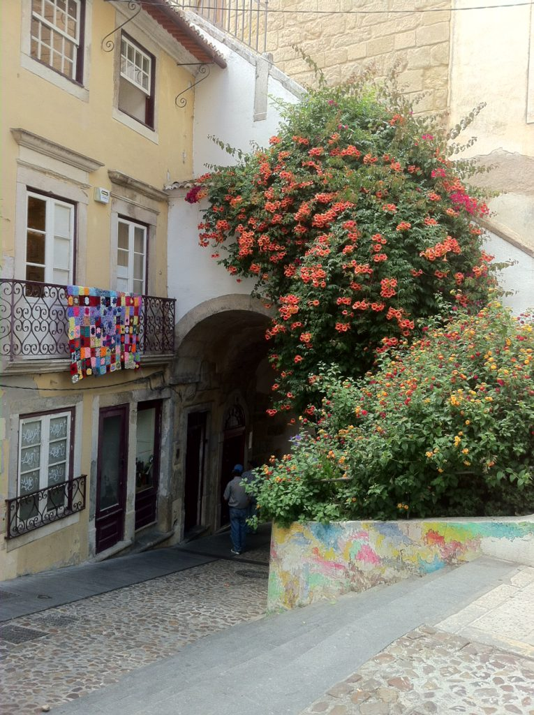 Pleintje en poortje in Coimbra