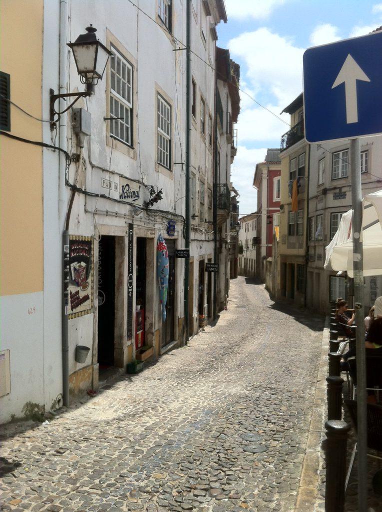 Een der vele leuke straatjes in Coimbra.