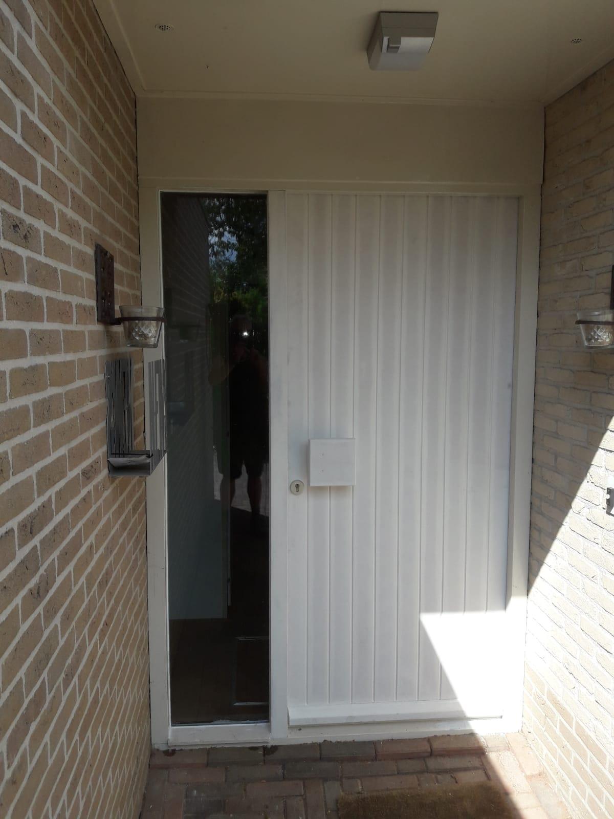 De nog niet geschilderde voordeur.